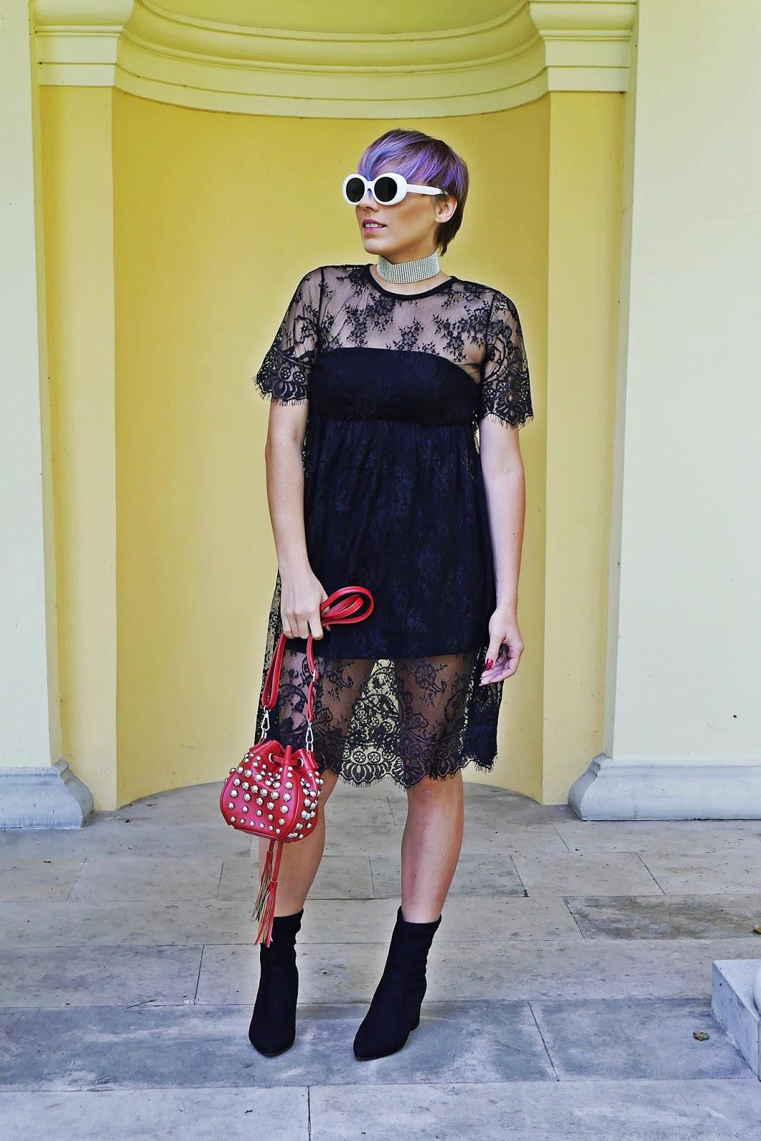 5_czarna_koronkowa_sukienka_botki_skarpetkowe_torebka_czerwona_gamiss_karyn_blog_modowy_130917f