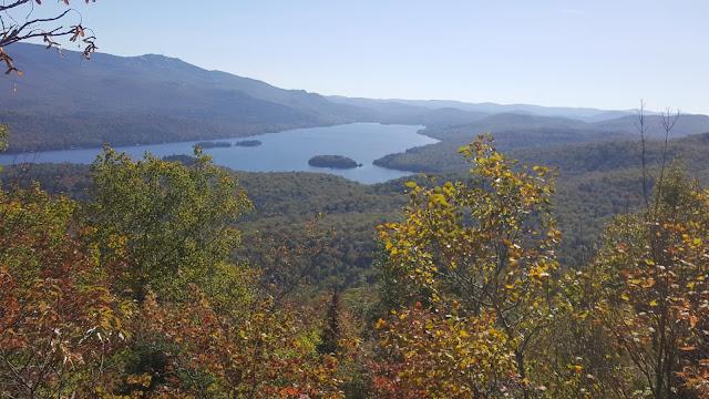 Vue sur le Mont Tremblant et le lac Tremblant