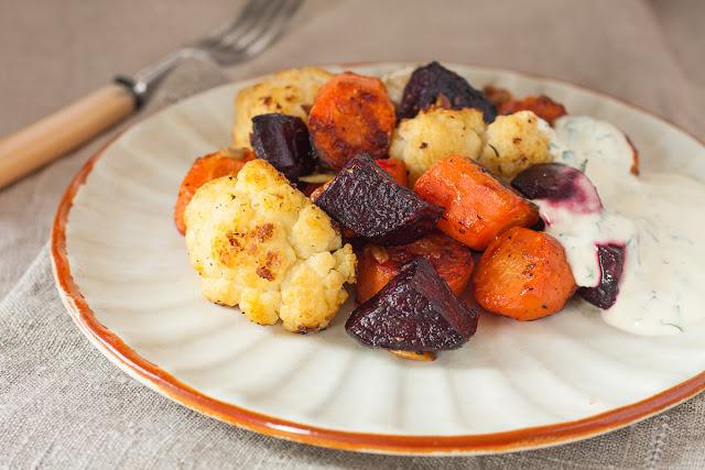 Pečeno povrće sa sjemenkama, orasima i osvježavajućim sosom sa začinskim biljem
