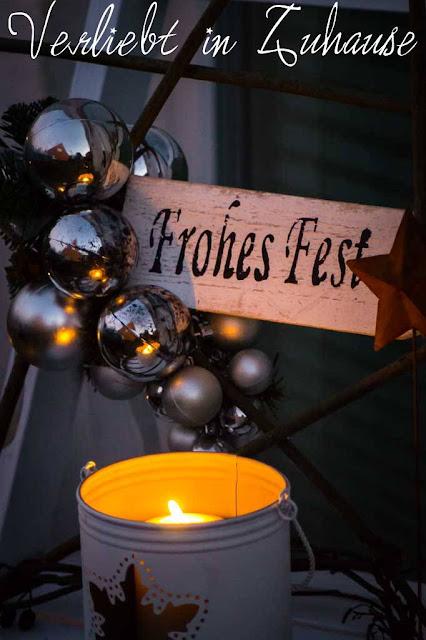 Haustüdeko im Winter zu Weihnachten mit selbst gemachten Stern aus Ästern und schönen Lichter Bokeh