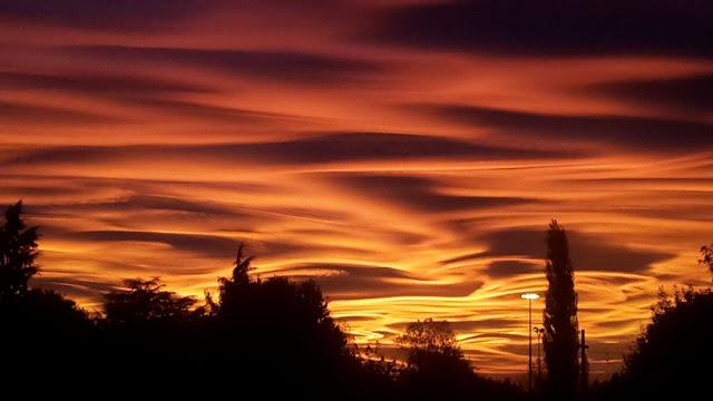 Lenyűgöző és festménybe illő naplemente Olaszország felett