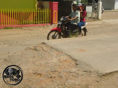 Hati-hati Ada Besi Cor Keluar. Proyek Mangkrak Jalan Cor Beton Depan Pasar Purwadadi, Subang