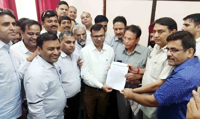 Faridabad journalists held in protest against journalist harassment, the memorandum handed over to the Governor's name DC to cancel the case