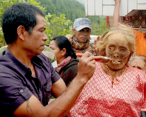 Tinuku Travel Ma'nene ritual in Tana Toraja, an Aluk To Dolo funerals for cleaning ancestral mummies who died decades