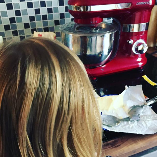 Jannes mit der neuen Küchenmaschine