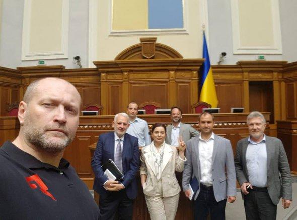 Повний параліч: 8 нардепів закрили засідання Верховної Ради