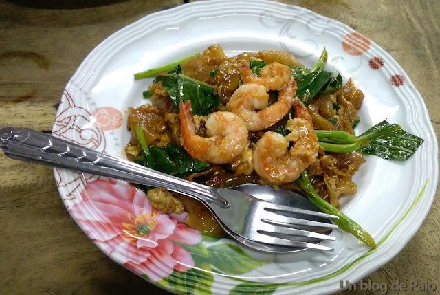 Pasta de arroz con soja comida callejera en Bangkok