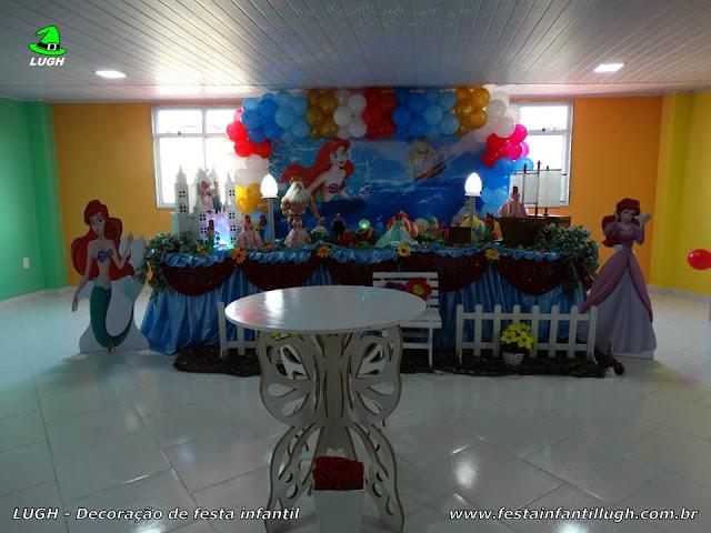 Decoração infantil Ariel em mesa tradicional forrada em tecido para festa infantil