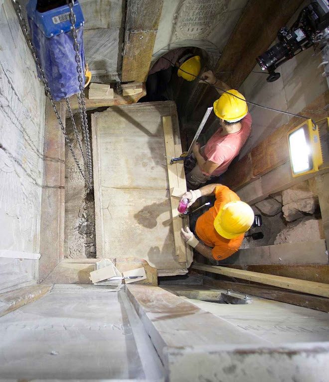 Os especialistas removendo a laje superior do Santo Sepulcro