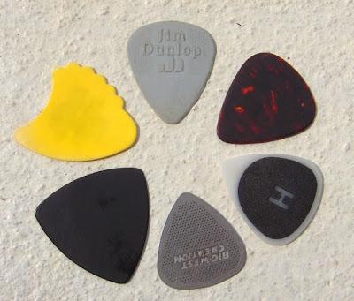 Alat untuk memetik (gitar pick)