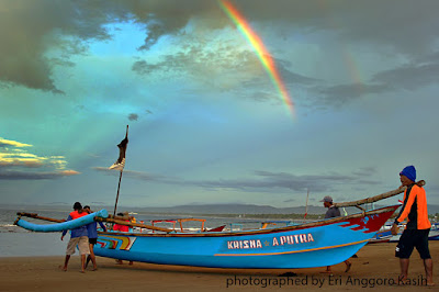 Foto Pelangi pagi di Pantai Pangandaran