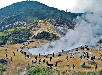 Kawah Sikidang di Dieng, cagar alam gunung vulkanik