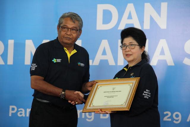 Penyerahan sertifikat eliminasi malaria oleh menteri kesehatan