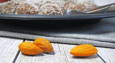 Weihnachtliche Aprikosen-Mandel-Energiekugeln