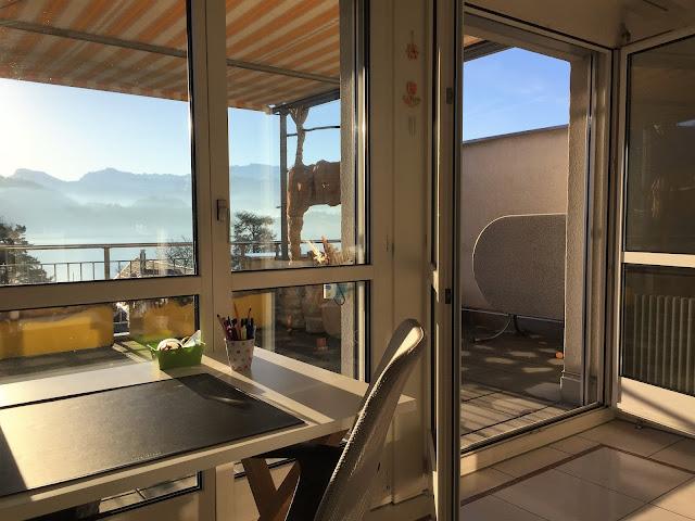 Arbeitsplatz mit Balkontüre