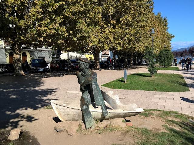 Statua sulla Barca del Lungolago di Arona