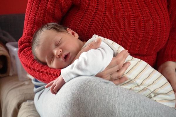 ból brzuszka, jak trzymać noworodka