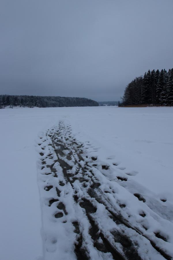 sulanut järvenjää luistinrata järvellä
