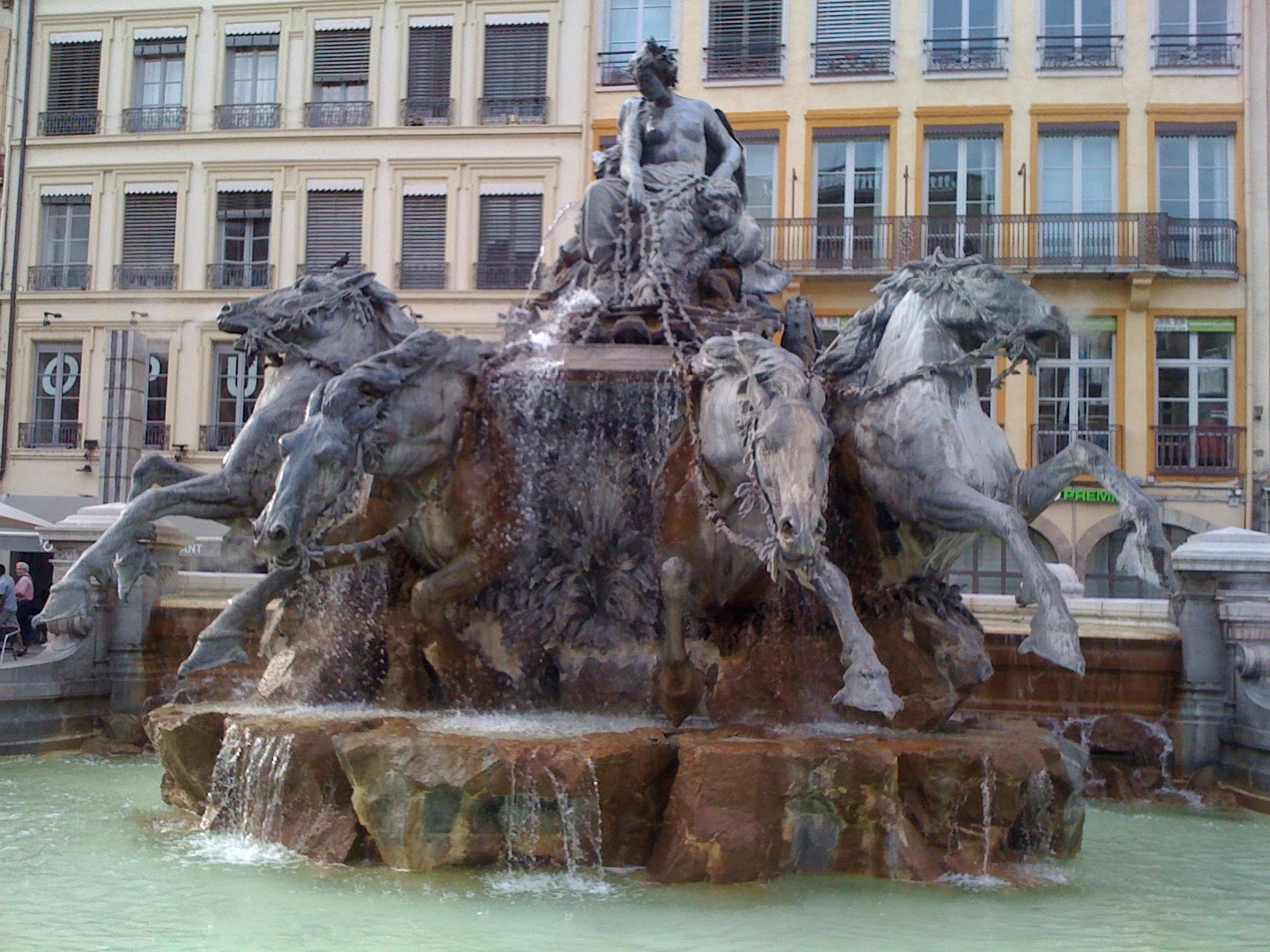 la fontaine de bartholdi visiter lyon tourisme et actualit s. Black Bedroom Furniture Sets. Home Design Ideas