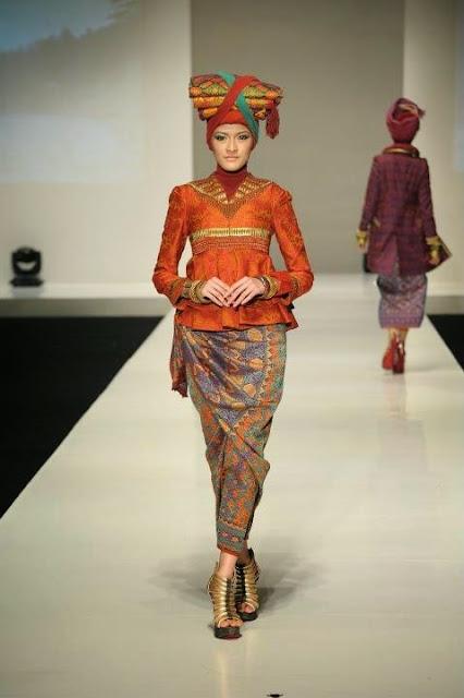 Model Baju Muslim Batik Wanita Modern