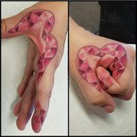 tatuaje en la mano corazon diamante