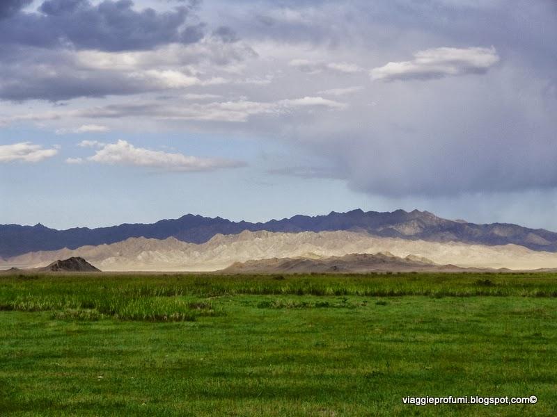 Mongolia, la steppa e  le montagne