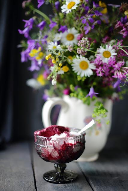still life flowers, mustaherukkajäätelö