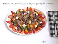 Ensalada tibia con frutas, confit de pato y vinagreta de fresas