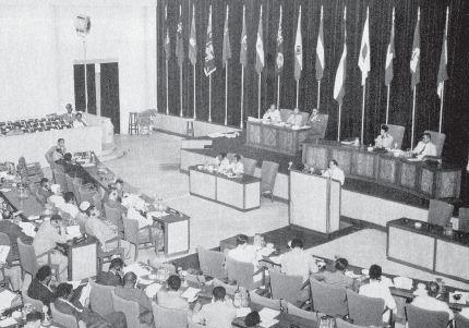 Suasana sidang dalam Konferensi Asia Afrika di Bandung pada tanggal 18 - 24 April 1955.  Konferensi Asia Afrika di Bandung menghasilkan Dasasila Bandung.