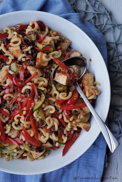 Lauwarmer Nudelsalat mit Hähnchen | Rezept | Kochen | Essen