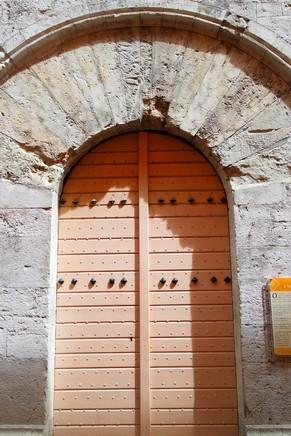 hyères var ville haute vieille médiéval moyen âge tour templier place massillon portail claveaux