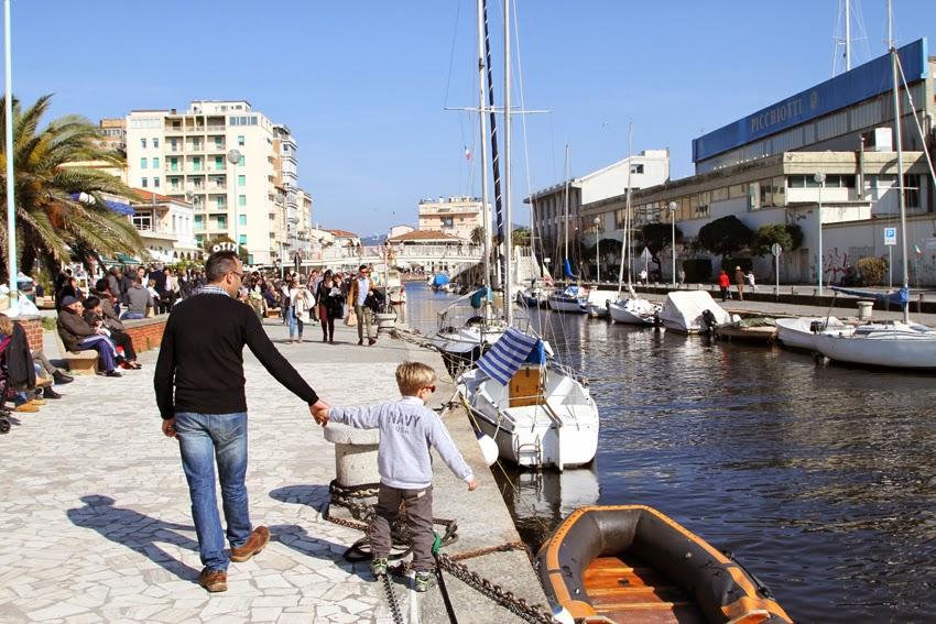 Spacer wzdłuż kanału w Viareggio