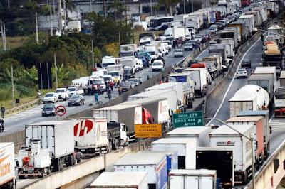 Caminhoneiros já articulam nova greve para pressionar por tabela de frete