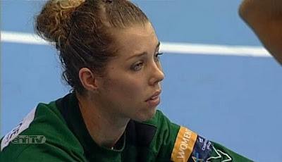 Barbara Arenhart desolada tras la eliminación del Hypo en primera fase de Champions (gentileza @balonfemme)    Mundo Handball