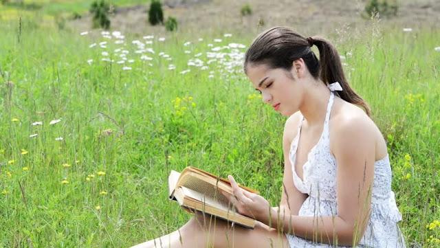 feminin membaca buku