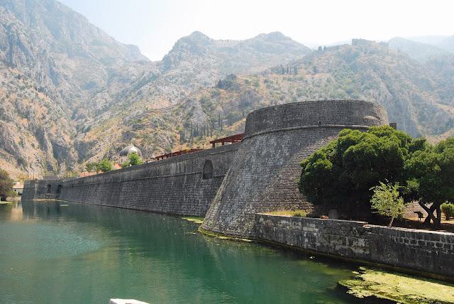 la vieille ville est entourée d'une solide muraille. A l'arrière-plan, on voit perchée à 260 mètres au-dessus du niveau de la mer la forteresse Saint-Jean.