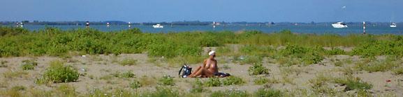 Nudizmus po Taliansky - hambatá žena na pláži