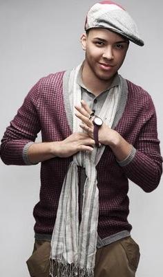 Foto de Prince Royce poniéndose el reloj
