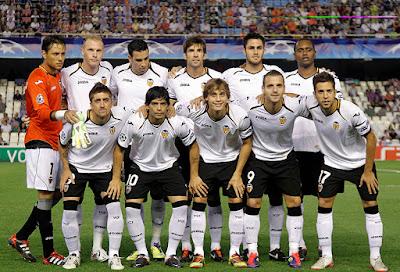 Sejarah Valencia      Pada saat itu tidak mudah untuk mengembangkan sebuah klub sepakbola. Minat masyarakat dan media pada saat itu lebih tertuju pada masalah-masalah sosial dan politik, apalagi Perang Dunia Pertama baru saja usai.Sedangkan olahraga, ternasuk sepakbola, bukan hal yang utama dan banyak digemari di Spanyol.  Meski begitu, Milego dan Medina tidak patah semangat. Mereka sangat yakin Valencia bisa segera eksis dan berkembang. Saat itu memang sudah ada beberapa klub sepakbola di Valencia, meski tidak ada yang terlalu menonjol. Masyarakat Valencia sudah tahu banyak soal sepakbola karena kaum pedagang mereka kerap berkunjung ke Inggris. Merekalah yang banyak menularkan pengaruh sepakbola ke masyarakat Valencia.  Markas pertama Los Che adalah stadion Algiros. Mereka pertama kali bermain di stadion tersebut pada tanggal 7 Desember 1919 menghadapi Castellon Castalia. Sejak tahun 1923, Valencia pindah ke stadion baru, yaitu stadion Mestalla, yang lebih representatif dan masih dijadikan kandang mereka sampai saat ini.  Pertandingan pertama di stadion Mestalla diadakan pada tanggal 20 Mei 1923, dengan menghadapi tim sekota mereka yaitu Levante UD. Valencia menang tipis dengan skor 1-0 berkat gol bersejarah dari Montes. Pelatih resmi pertama mereka adalah Antonin Fivebr dari Republik Ceko.Pada tahun 1928, untuk pertama