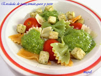 Ensalada de pasta con tomate,queso a las finas hierbas y salsa pesto
