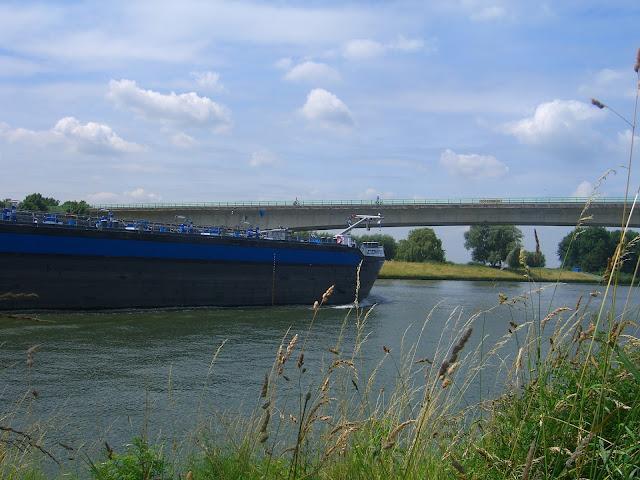 Vrachtschip op het Amsterdam-Rijnkanaal bij zonnig weer.