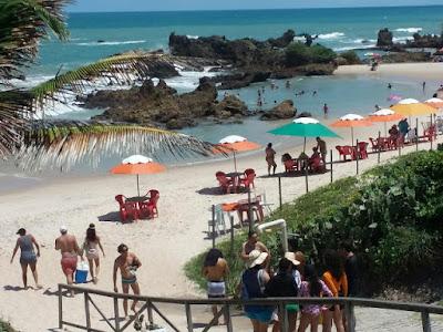 Turistas andando na entrada da praia de Tambaba-PB
