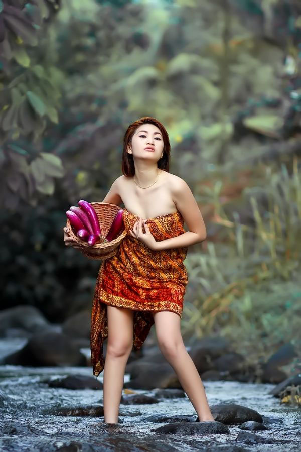 Cewek desa seksi dan manis seksi hot Baju sarung batik di sungai manid