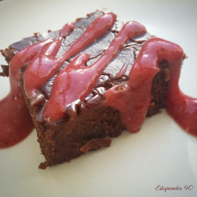 brownie-con-salsa-de-fresas