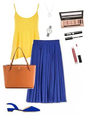 Saia midi plissada azul escuro, top amarelo de alças finas, sabrinas abertas a trás azuis, mala de mão camel