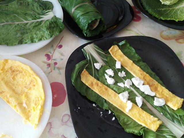 Primera capa de relleno de los rollitos vegetales: acelgas, tortilla francesa y queso de cabra.