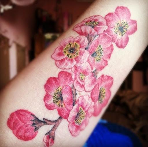 Um buquê de flores de cerejeira tatuagem no braço. Uma vista maravilhosa, de fato, e muito bonito de se olhar. É como carregar o seu próprio buquê de flor de cerejeira onde quer que você vá. (Foto: Fontes de imagem)