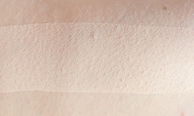 CLARINS  Ever Matte Poudre Compacte Minérale Matité et Transparence - Shine Control Mineral Powder Compact.  Swatche lumière du jour.