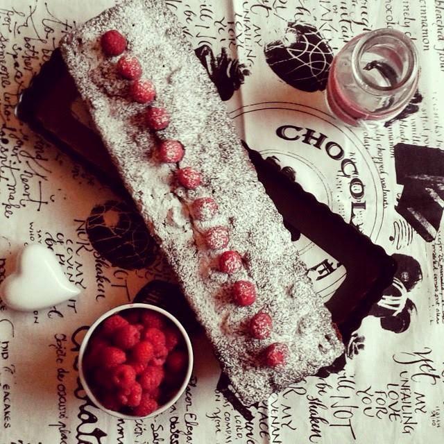 Torta al cioccolato, noccioe e lamponi
