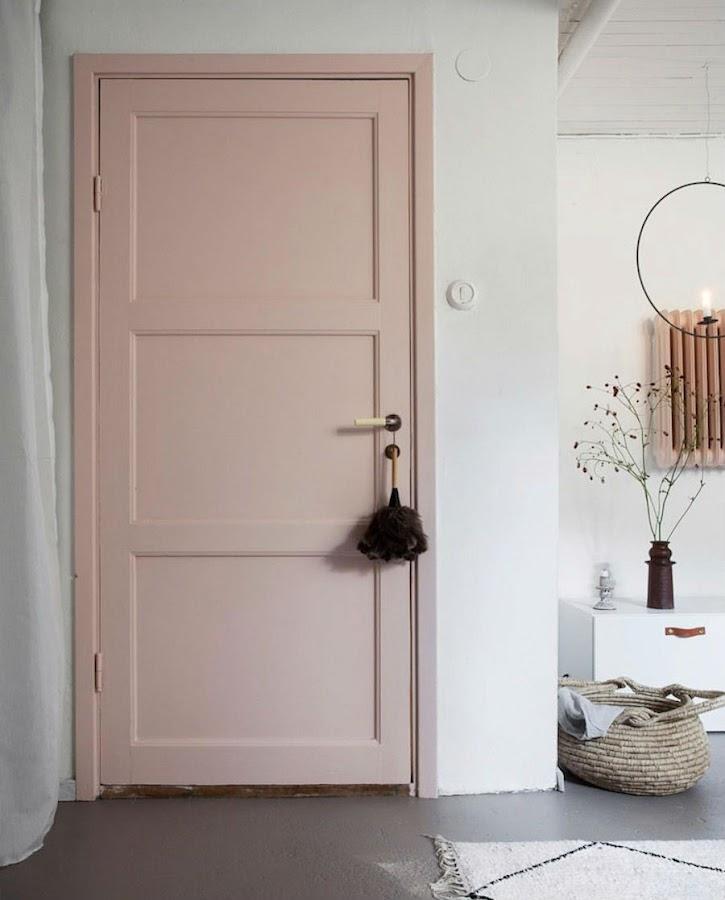 Una casa familiar muy fan del rosa y el verde: Puerta pintada de rosa